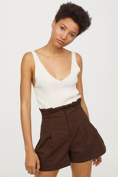 Shorts in sturdy cotton jersey with a high paper bag waist, decorative pleats at the top, a concealed hook-and-eye fastener and zip fly. Short Outfits, Short Dresses, Summer Outfits, Brown Shorts Outfit, Paper Bag Shorts, H&m Online, Fashion Online, Kids Fashion, Lady