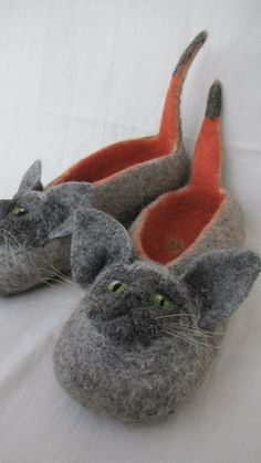 "Felted slippers Mice for John, en souvenir des ""coyottes"" Felt Baby Shoes, Felt Boots, Nuno Felting, Needle Felting, Wool Shoes, Felted Slippers, Felt Cat, Cat Crafts, Felt Animals"