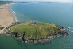 Beginners' Guide to Wales England Ireland, England And Scotland, Rhossili Bay, Visit Wales, South Wales, Wales Uk, Famous Beaches, Going On Holiday, Tower Of London