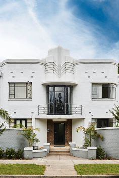 10 Art Deco-style houses in Australia Geometric shapes, finely detailed finishes, and modernistic forms come to life in these Art Deco homes which embrace the design movement's architecture and interior design. Estilo Art Deco, Arte Art Deco, Art Deco Decor, Art Deco Design, Art Deco Style, Art Deco Colors, Interiores Art Deco, Movement Architecture, Architecture Design