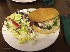 Ein Burger, besser als im letzten Jahr. Knuspriges Brötchen, gute Sosse und ein üppiger Salat. Nuno Espresso Bar in Zürich, Zürich