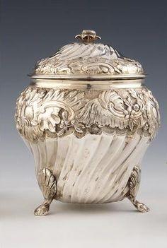 Sucrier couvert en argent. Travail du Sud de la France, 2eme moitié du XVIIIe siècle. Photo DUPONT & Associés