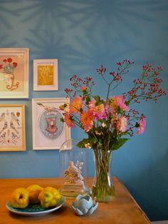 ❋ Herbstwärme im Detail ❋#einrichtung #interior #deko #dekoration #decoration #wohnen #living #tischdeko #herbst #esszimmer #diningroom #vase #blau #blue #dahlien #blumenstrauß Foto: MiMaMeise