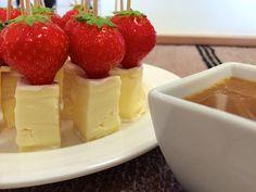 Liian hyvää: Brie-mansikkatikut kinuskikastikkeella ja kylmäsavulohi-leipäpopsit