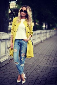 How to make a woman's holey jeans. 25 Pictures Jeans with holes are not a new trend , everyone knows. But it seems that recently they are becoming more and more popular. The perforated jeans combin. Outfit Jeans, Löchrige Jeans, Holey Jeans, Ripped Jeans, Mantel Outfit, Trench Coat Outfit, Wie Macht Man, 2016 Fashion Trends, Yellow