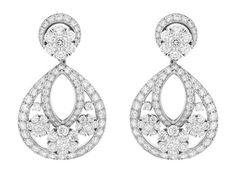 Van Cleef & Arpels Snowflake http://www.vogue.fr/joaillerie/shopping/diaporama/boucles-d-oreilles-diamants-pendants-soir/16640/image/889203#!boucles-d-039-oreilles-diamants-van-cleef-amp-arpels-snowflake