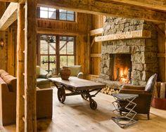 Cette photo montre un salon montagne avec une cheminée standard et un manteau de cheminée en pierre.