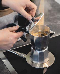 Wil jij binnen enkele minuten de lekkerste kopjes koffie zetten? Gebruik dan de klassieke Sareva Percolator 6-Kops. Deze percolator is geschikt voor gas, een elektrische- en keramische kookplaat en zet zo 6 kopjes koffie. Met inductie adapter ook te gebruiken op een inductie kookplaat. Espresso, Espresso Coffee, Espresso Drinks