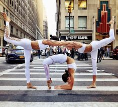"Yoga Inspiration op Instagram: ""Tag your favorite friends do to #yoga with ❤️❤️ @chintwins, @adellbridges & @aloyoga ✨ @nigelbarker"" • Instagram"