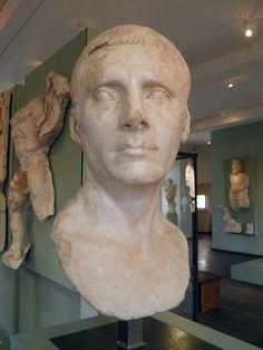 Buste d'un inconnu, parfoit dis de Jules César, fouilles de 1897-1899, MSR, Musée Saint-Raymond, Villa romaine de Chiragan, Musée des Antiques de Toulouse | da Following Hadrian