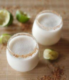 Margarita de coco Ingredientes 1/2 taza de tequila  1/3 taza de jugo de limón 3 cucharadas de jugo de naranja recién exprimido  2/1 cucharadas de azúcar  Licuar todos los ingredientes (incluidos los hielos de coco) hasta que se mezclen. Probar la mezcla, y agregar azúcar para endulzar si es necesario.  Verter en los vasos preparados y servir inmediatamente, adornado con una rodaja de limón.Enfriar los vasos en el congelador por 5 minutos antes de rellenar con la mezcla de margarita.