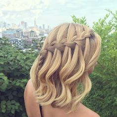 @sarahpotempa gave us major summer hair inspiration with this elegant braided style that works on a long bob or shoulder-length hair.