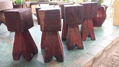 Bancos rústicos de madeiras.