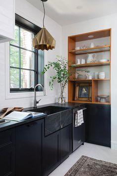 A timeless black and white kitchen Kitchen Cabinet Design, Kitchen Decor, Kitchen Cabinets, Kitchen Shelves, Kitchen Interior, Two Tone Kitchen, Open Plan Kitchen, Kitchen Trends, Kitchen Ideas