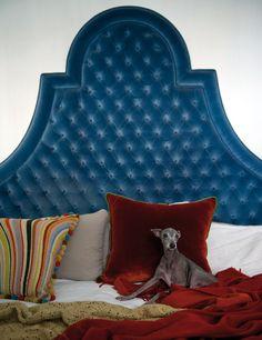 La cama, con un cabecero diseño de Enrique García Lozano. Descansando: su galguita, Isis.