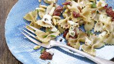 Diese schnellen Nudeln können Sie auch problemlos unterwegs zubereiten: Würzige Mozzarella-Nudeln mit getrockneten Tomaten, Oregano und Pinienkernen | http://eatsmarter.de/rezepte/wuerzige-mozzarella-nudeln