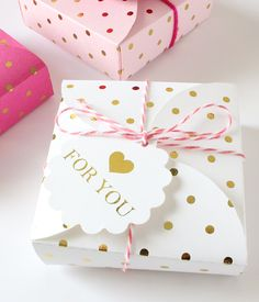 pretty packaging Gold Foil Gift Wrapping Kit - so cute for Valentine's day gifts Wrapping Gift, Creative Gift Wrapping, Creative Gifts, Wrapping Ideas, Ciel Pastel, Deco Pastel, Pretty Packaging, Gift Packaging, Cute Gifts