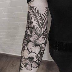 Veja muitas mais tattuagens para se inspirar no nosso SITE www.123tatuagens.com•••••#tatuagensdelicadasefemininas #tatuagensfeminina #tatuagensdelicada #tatuagensfofas #tatuagenspequenas #tatuagensfeminas  #tatuagensfemininasfotos #tatuagensfemininas #tatuagensdelicadas  #tatuagenscaligraficas #tatuagensinspiradoras #ideiasparatatuagens  #tatuagensnasfotos  #tatuagenscoloridas #tatuagens #tatuagensamiga #tatuagemamizade #tatuagensbracos #braços  #Regram via @123tatuagens Left Arm Tattoos, Sleeve Tattoos For Women, Cover Up Tattoos, Small Tattoos, Tattoos For Guys, Nature Tattoo Sleeve Women, Neck Tattoos, Piercing Tattoo, Hawaiianisches Tattoo