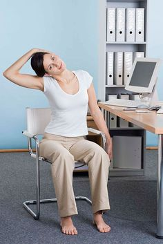 Gesund am Arbeitsplatz. Wie Unternehmen ihre Mitarbeiter gesund und fit machen können. Entspannungstechniken wie Autogenes Training, progressive Muskelentspannung oder Meditation können direkt am Schreibtisch ausgeführt werden. Foto: djd/Targobank/thx