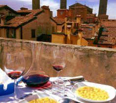 Bologna: i tortellini, il vino e i suoi tetti / Bologna: the tortellini, the wine and its roofs