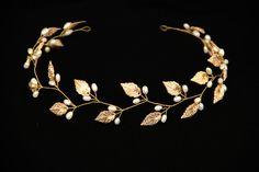 Una chica se convierte en una princesa con una tiara de perlas tal oro. Brilla con luces de colores como un tesoro! Color dorado o plateado hace que la tiara un costoso y lujoso. Una perla que la imagen romántica.  Perlas de agua dulce naturales añaden a nobleza. Cristales imitan piedras preciosas y el color de hardware - oro o plata. Corona de oro tierna y exquisita complementa la imagen de la novia en una boda en cualquier estilo.  Tiara puede ser fácilmente convertida en cualquier forma y…