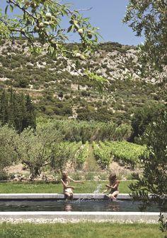 Esta casa de fazenda cercada por videiras e oliveiras fica na região da Provença, na França, e foi totalmente reformada pela designer de ...
