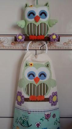 Jogo de cozinha completo 6 peças:1 toalha de geladeira... 1 toalha de mesa 1,00 mt por 1,40...uma toalha de fogão 6 bocas...1 toalha de microondas...suporte coruja + pano de prato 50x 65 cm estilotex....bordado em patchaplique...tecidos pode variar conforme estoque....