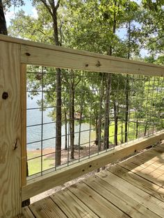 DIY Hog Wire Deck Railing Wire Deck Railing, Deck Railing Design, Patio Deck Designs, How To Build Porch Railing, Deck Railing Ideas Cheap, Hog Wire Fence, Deck Railing Planters, Patio Fence, Cable Railing