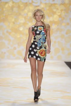 Supermodel Candice Swanepoel oppened our catwalk! Welcome to the #NYFW with Desigual!