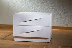 שידה מעוצבת לחדר שינה עם ידית אינטגרלית בצבע לבן ייצור: שח רהיטים