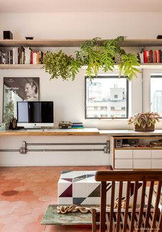 12-decoracao-home-office-bancada-concreto-plantas-prateleira
