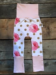 Evolutive Pants Roses Flowers (Pink) Maxaloones. Fits from 6m to 36m. All you have to do is roll and unroll the legs and waist. Super comfortable pants. Accesories also available for the perfect occasions :). (Headbands/Eternity Scarf). 95% Coton 5% Lycra. These pantalon will fit on your baby, infant and toddler up to ~3 years old!