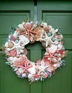 Sea Crafts, Seashell Crafts, Seashell Garland, Christmas Wreaths, Christmas Decorations, Nautical Wreath, Decoration Plante, Diy Wreath, Summer Wreath