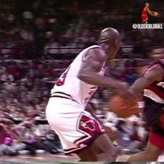 Arte Michael Jordan, Michael Jordan Dunking, Kobe Bryant Michael Jordan, Michael Jordan Basketball, Basketball Videos, Sports Basketball, Basketball Players, Michael Jordan Pictures, Michael Jordan Videos