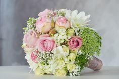 Ein weiterer #Brautstrauss im #schönen #Vintage #Style in den Farben #rosa und #creme sowie ein bisschen #grün und #weiß - einfach #wow - #weddingdecor #bride #bouquet #wedding #ideas #bridebouquet