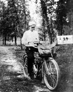 Rural mail carrier Claude G. Varn on a Harley Davidson motor.-Rural mail carrier Claude G. Varn on a Harley Davidson motorcycle: Bartow, Florida Rural mail carrier Claude G. Varn on a Harley Davidson motorcycle: Bartow, Florida, 1910 - Harley Davidson History, Harley Davidson Trike, Harley Davidson Parts, Harley Davidson Street Glide, Vintage Harley Davidson, Davidson Bike, Ghost In The Machine, Vintage Motorcycles, Indian Motorcycles
