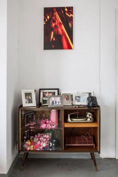 Neben dem modernen Mischpult steht ein alter Schrank mit Plattenspieler.  #homestory #homestoryde #home #interior #design #inspiring #creative #nicole #gretamarkt #loft #moenchengladbach