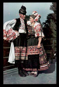 Matyo couple, Hungary, photo by Mihaly Erdodi, via Hungarian Folk Folk Clothing, Historical Clothing, Embroidered Apron, Man Skirt, Hungarian Embroidery, Fashion Illustration Vintage, Folk Costume, Fashion Over, Traditional Dresses