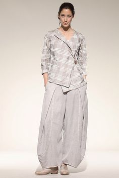 Asymmetrical shirt and wide leg trousers. Hose Guerina