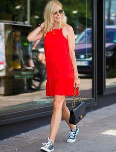 Ne jamais oublier son sac Chanel pour compléter une tenue casual/estivale ! (photo Vogue)