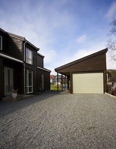 LOBAS Modern er en solid og eksklusiv port med et lekkert og stilrent utseende. Seksjonene er helt slette og uten struktur. Porten er fullisolert og har fingersikring. Porten kommer i standardfarge Hvit, samt foliert i fargene Deep Matt Antrasitt og Deep Matt Sort. Porten kan lakkeres i valgfri farge mot tillegg i pris (oppgi RAL kode). Porten kan leveres med firkantede eller runde vinduer, med...