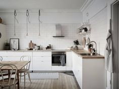The kitchen comes with a regal design style, which is definitive of the rest of the home too. Minimalist Kitchen Design, Kitchen Inspirations, Home Kitchens, Home, Kitchen Design, Kitchen Decor Modern, Kitchen Dining Room, Kitchen Layout, Swedish Interior Design