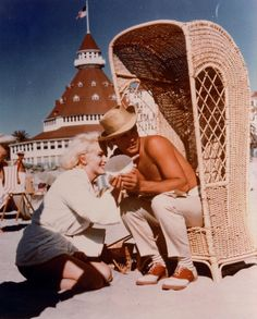 Marilyn Monroe  Tony Curtis on location at the Hotel del Coronado (San Diego) for Some Like It Hot (1959)