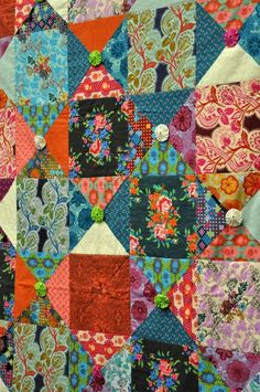 Anna Maria Horner quilt embellished with tiny yo-yos, 2013 Fall Quilt Market, photo by Hawthorne Threads