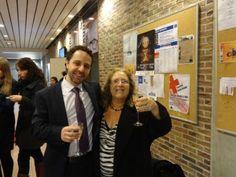 Eu e minha mãe na defesa de tese. Ela não bebe álcool, só pegou a taça para tirar a foto :)