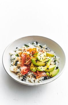 Avocado and salmon rice bowl This simple sushi salad bowl is perfect for a healthy lunch or light dinner. Salmon Recipes, Seafood Recipes, Asian Recipes, Cooking Recipes, Healthy Recipes, Dinner Recipes, Cooking Games, Cooking Classes, Healthy Meals