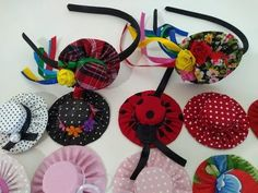 Hat Crafts, Diy And Crafts, Crafts For Kids, Plastic Bottle Caps, Bottle Cap Crafts, Fabric Flowers, Paper Flowers, Hair Ornaments, Christmas Ornaments