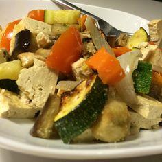 Verduras al horno (calabacín, berenjena, zanahoria, tomate, pimiento rojo, champis y cebolla) y tofu también al horno. Y un vasito de gazpacho casero.