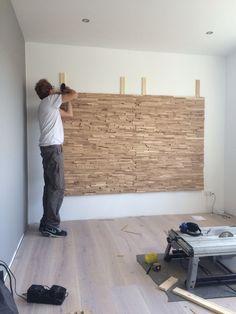 Tv wand idee: plaats panelen met steenstrips op de wand.