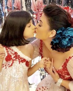Aishwarya with her daughter Aaradhya Bachchan Sari Bollywood Actress Hot Photos, Indian Bollywood Actress, Beautiful Bollywood Actress, Most Beautiful Indian Actress, Beautiful Asian Girls, Bollywood Fashion, Beautiful Actresses, Indian Actresses, Aishwarya Rai Kiss